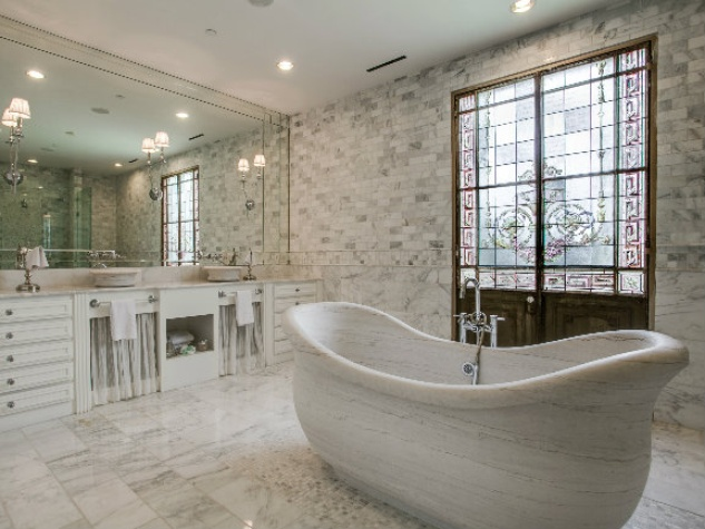 Guest bath at 8211 Inwood Rd. in Dallas