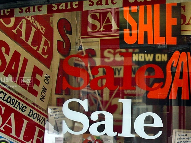 News_retail sale sign_ after xmas shopping_Dec 10