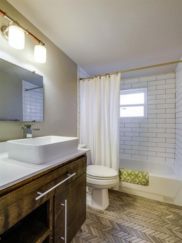 Dallas, home for sale, 936 peavy road, bathroom