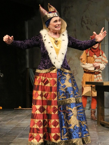 Alma Cuervo as Queen in the Alley Theatre's production of Fool.