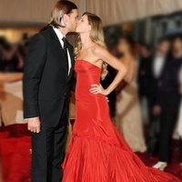 Tom Brady and Gisele Bündchen kissing