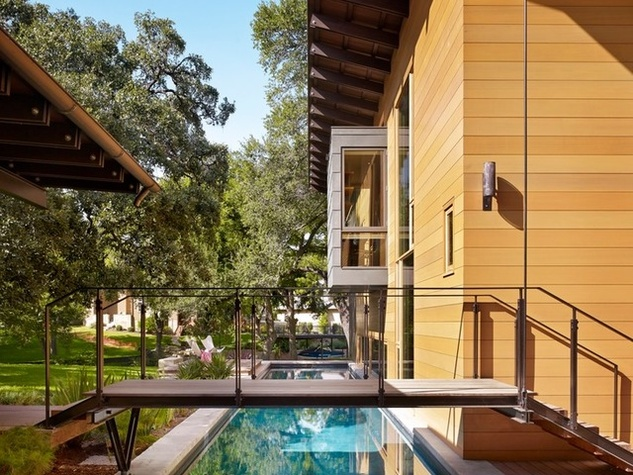 This amazing austin lake house makes a couple 39 s dream come for Modern home decor austin