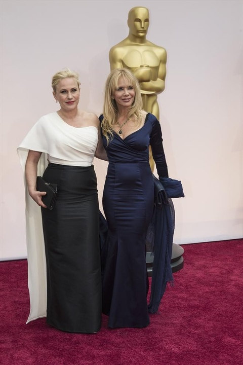 Patricia Arquette and unidentified on Oscar red carpet