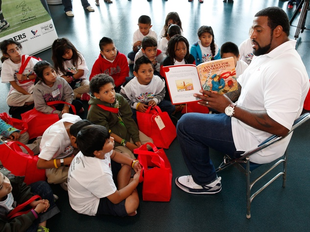 Houston Texans Duane Brown reads to kids for United Way November 2013