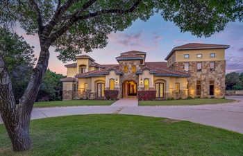 Exquisite private retreat in Austin has room for family and friends