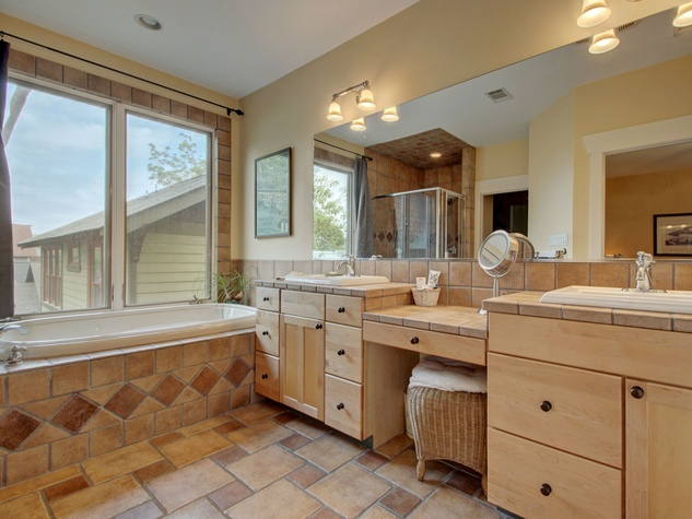Austin home for sale 607 East 49th Hyde Park master bath