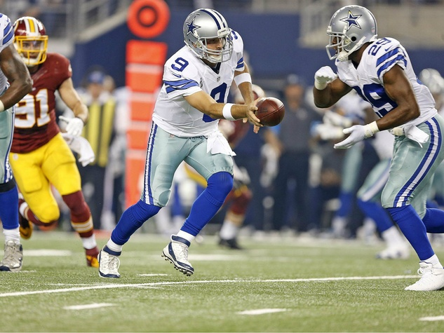 Tony Romo hands off ball to DeMarco Murray