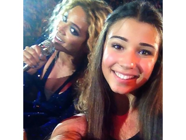 Beyonce photobombs a fan October 2013
