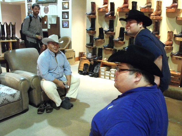 News_Sumo wrestlers_Pinto Ranch_cowboy hats