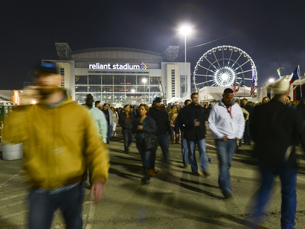 17 Crowd at Reliant Stadium at the Houston Rodeo barbecue cook-off ...