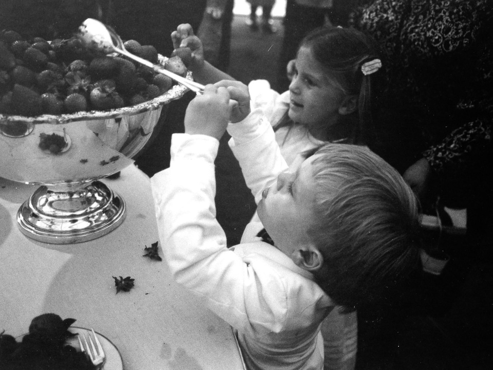 News_34_The Menil Collection opening, June 3, 1987_Children eating strawberries