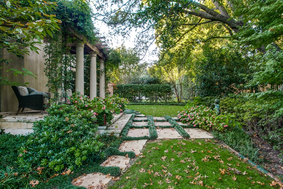 5 Dallas homes with landscape designs to make you green ...